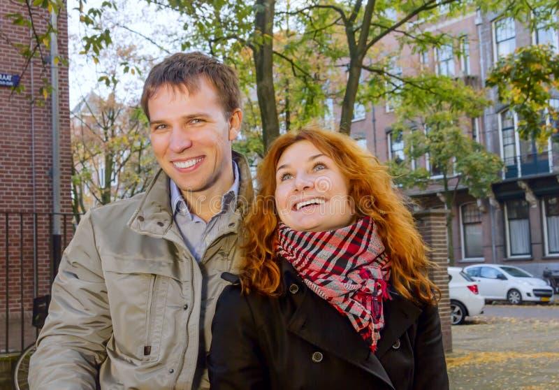 Glückliches Paar im Freien in der Liebe, Herbst Amsterdam stockbilder
