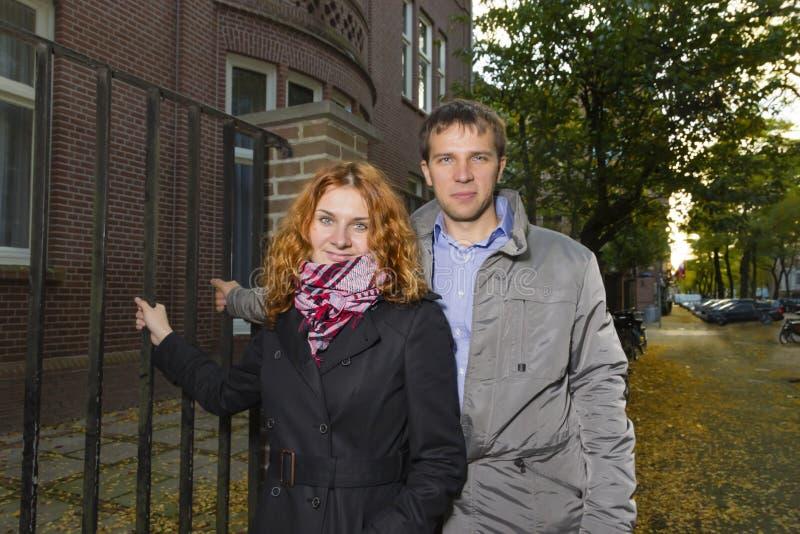 Glückliches Paar im Freien in der Liebe, Herbst Amsterdam lizenzfreie stockfotos