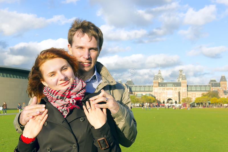 Glückliches Paar im Freien in der Liebe, Museum Plein, Amsterdam lizenzfreies stockbild