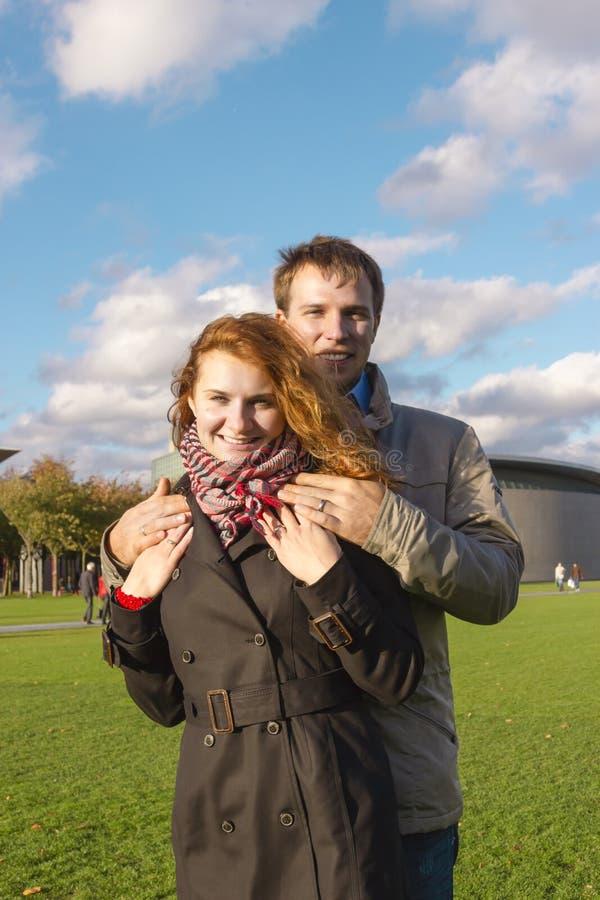 Glückliches Paar im Freien in der Liebe, Museum Plein, Amsterdam-BAC stockfotografie