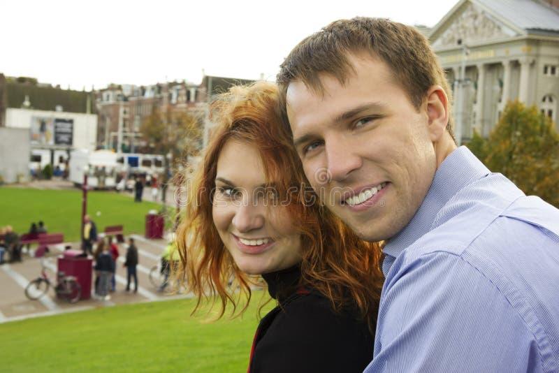 Glückliches Paar im Freien in der Liebe, Museum Plein, Herbst Amsterdam lizenzfreie stockbilder