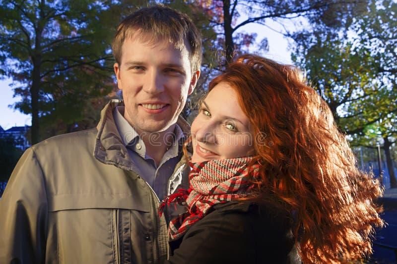 Glückliches Paar im Freien, Museum Plein, Amsterdam lizenzfreie stockfotografie