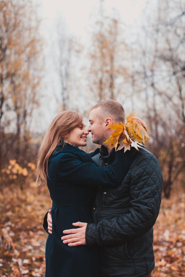 Glückliches Paar im Herbstpark stockfotos