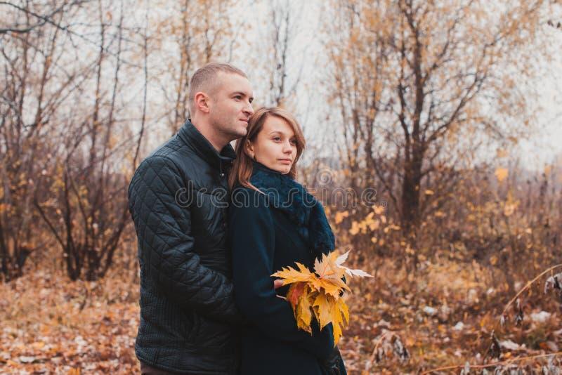 Glückliches Paar im Herbstpark stockbilder