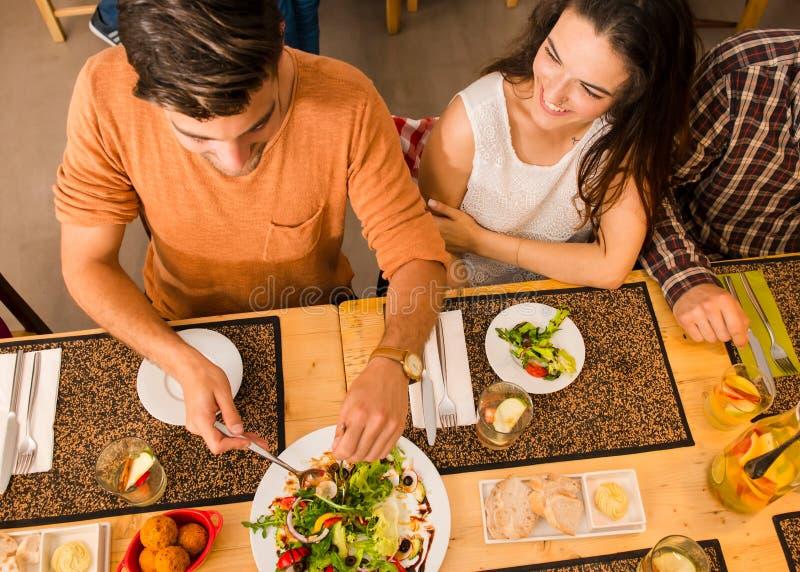 Glückliches Paar im Restaurant lizenzfreie stockfotos