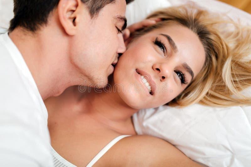 Glückliches Paar im Schlafzimmer stockfotografie