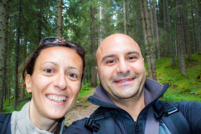 Glückliches Paar im Wald stockfotos