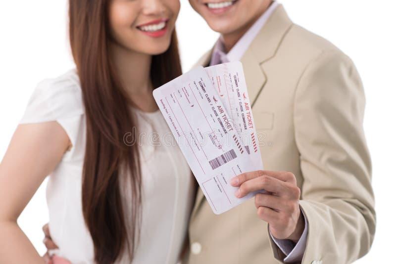 Glückliches Paar mit Bordkarten lizenzfreie stockbilder