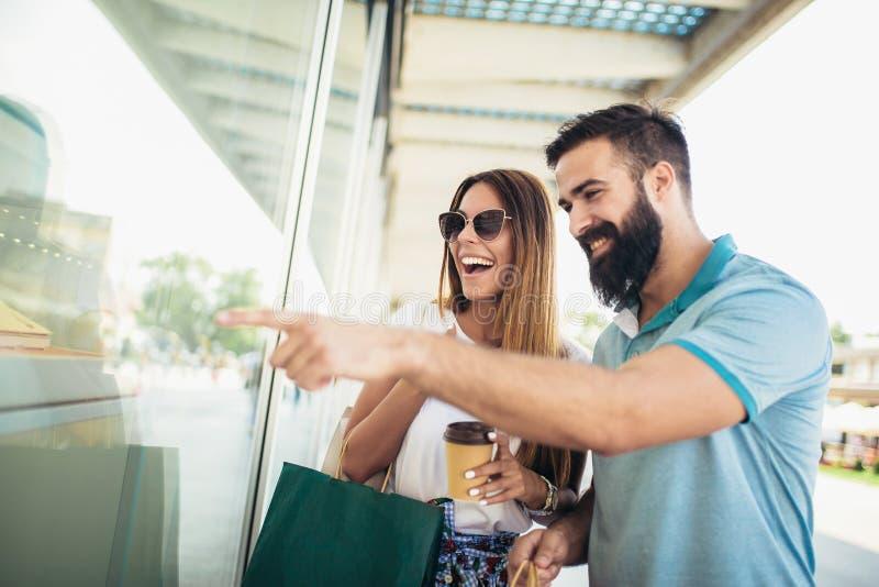 Glückliches Paar mit Einkaufstaschen in der Stadt stockfotos