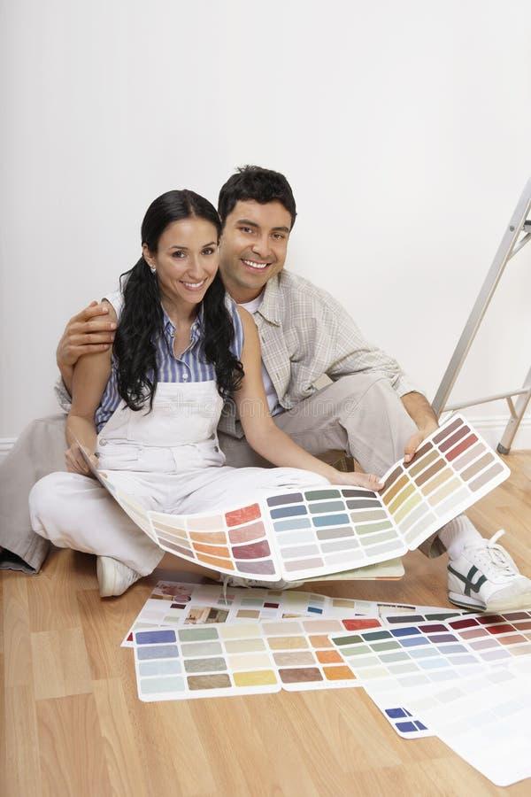 Glückliches Paar mit Farbproben stockfoto
