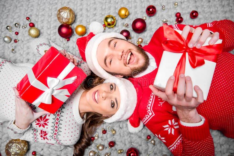 Glückliches Paar mit Geschenkboxen lizenzfreie stockfotografie