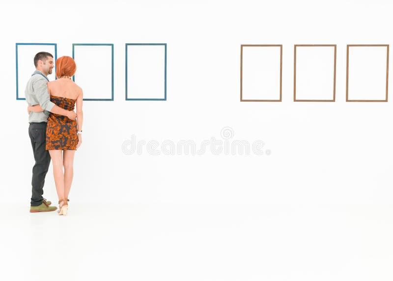 Glückliches Paar am Museum lizenzfreie stockfotografie