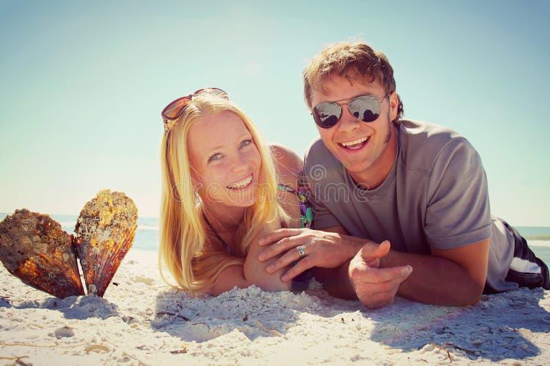 Glückliches Paar am Strand lizenzfreie stockfotografie