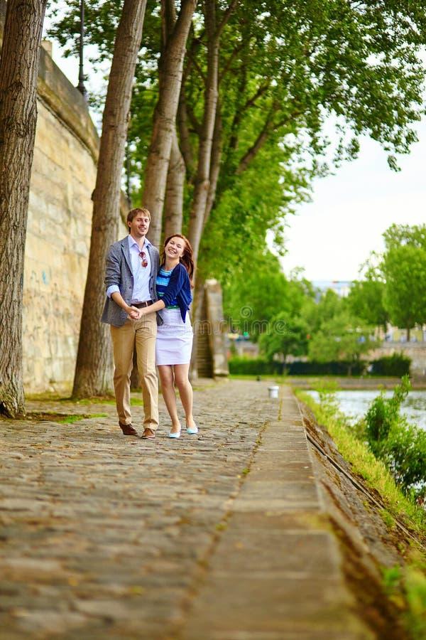 Glückliches Paar tanzt in Paris stockbilder