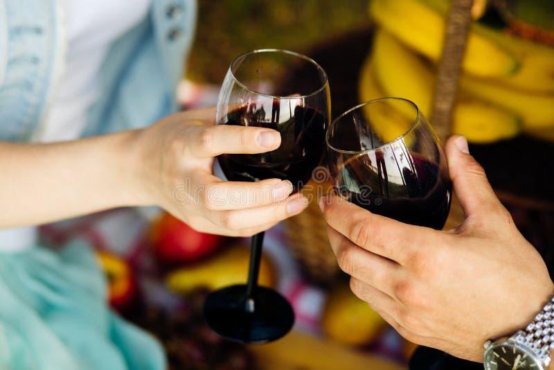 Glückliches Paar - trinkender Wein des Mannes und der Frau stockfotografie