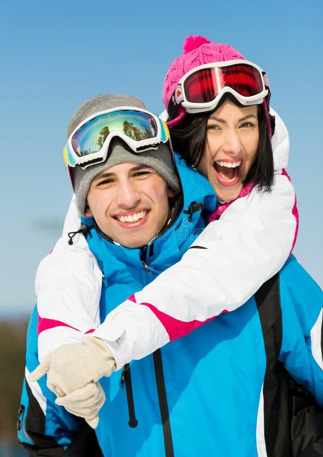 Glückliches Paar von Alpenskifahrern haben Spaß lizenzfreies stockfoto