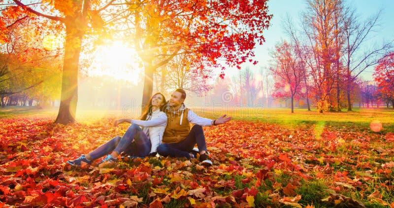Glückliches Paar, welches die Herbstsaison genießt stockfotos