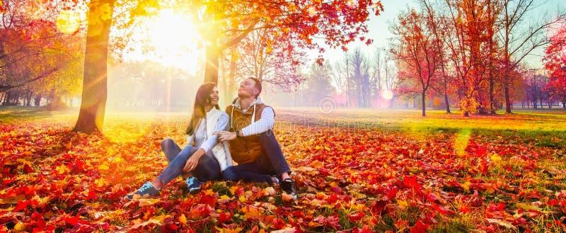 Glückliches Paar, welches die Herbstsaison genießt stockfotografie