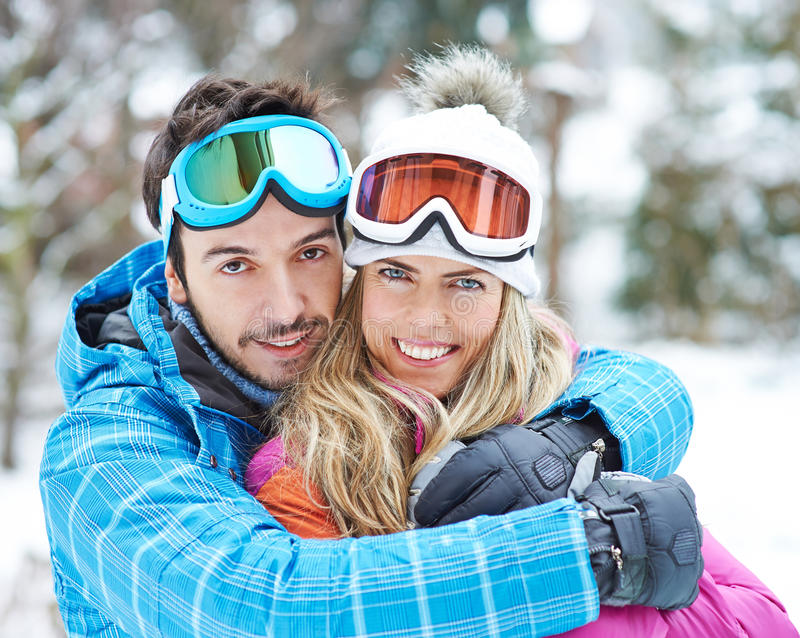 Glückliches Paar zusammen auf Skitour stockbilder