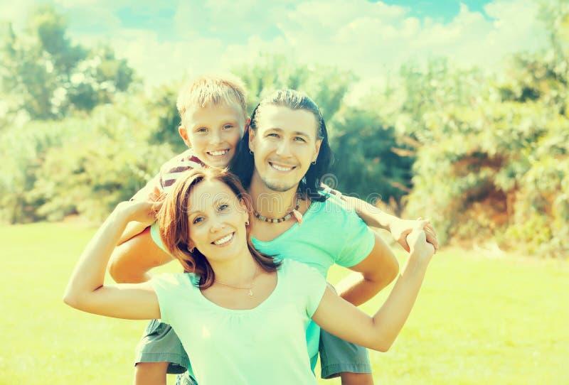Glückliches Paar zusammen mit Jugendlichem stockbild