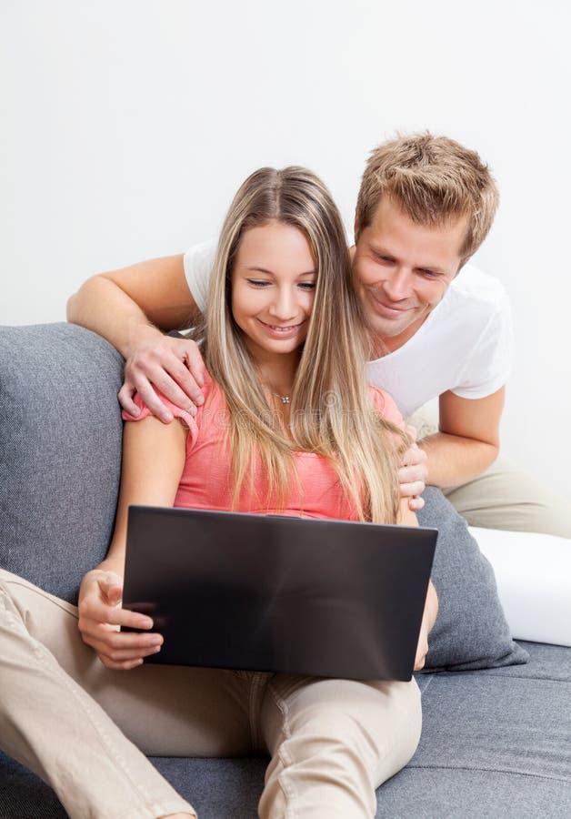 Glückliches Paareinkaufen online lizenzfreie stockfotos