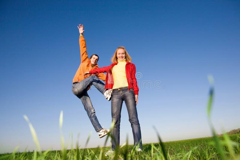 Glückliches Paarspringen stockfotos