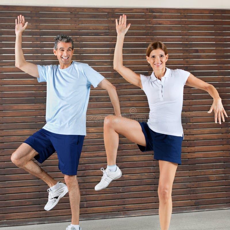 Glückliches Paartanzen in der Gymnastik stockfotografie