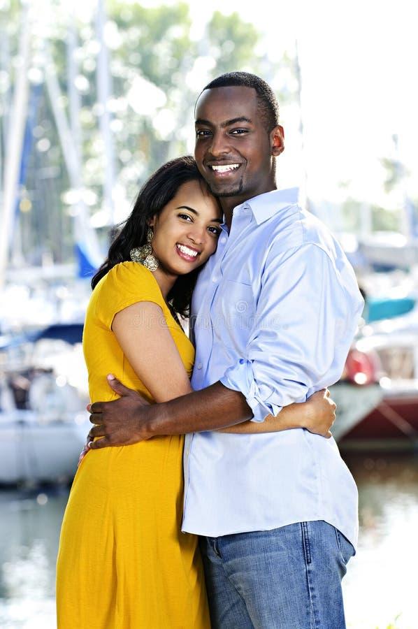 Glückliches Paarumarmen stockfotografie
