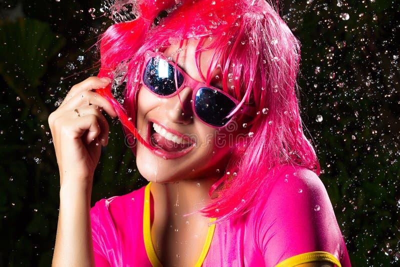 Glückliches Party-Girl. Wasser-Spritzen lizenzfreies stockfoto