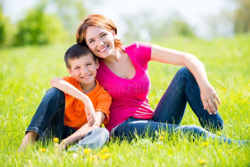 Glückliches Porträt der Mutter und des Sohns im Freien lizenzfreies stockbild