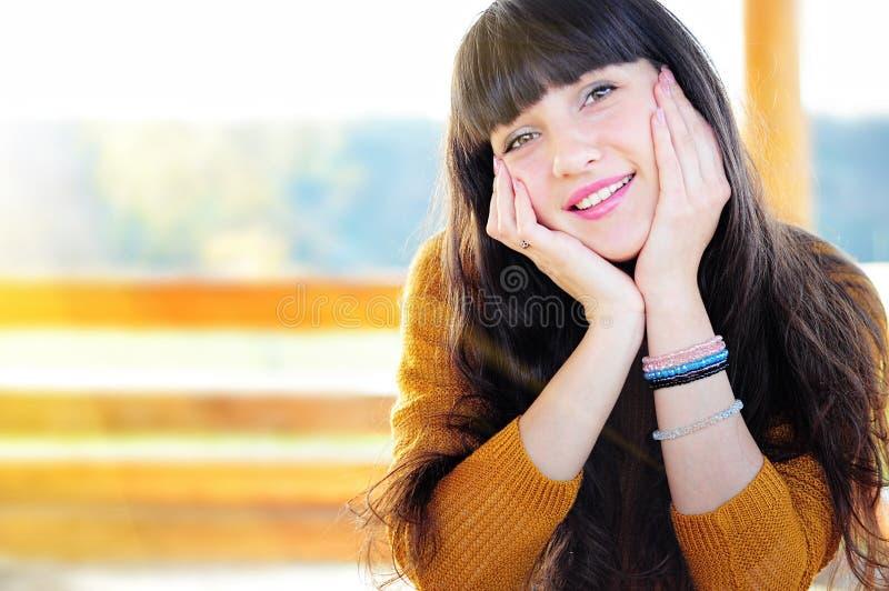 Glückliches Porträt der verliebten Frau stockfoto