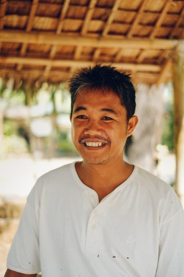Glückliches Porträt Mannlandwirts des von mittlerem Alter im asiatischen provinziellen Bereich lizenzfreies stockbild