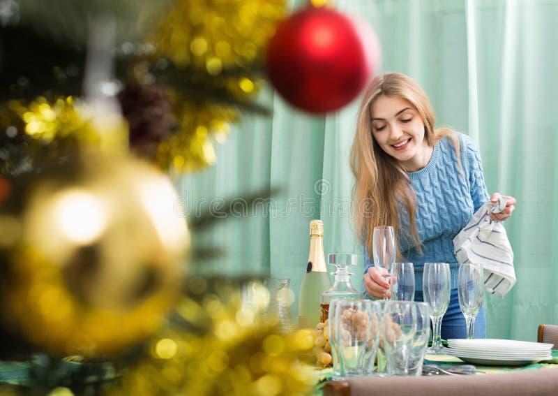 Glückliches reizend Mädchen, das für Weihnachtsfeier sich vorbereitet lizenzfreies stockbild