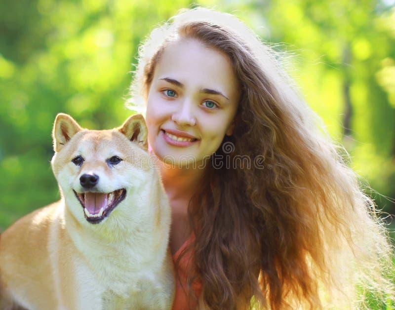 Glückliches reizendes Mädchen und Hund des Sommerporträts lizenzfreie stockfotografie