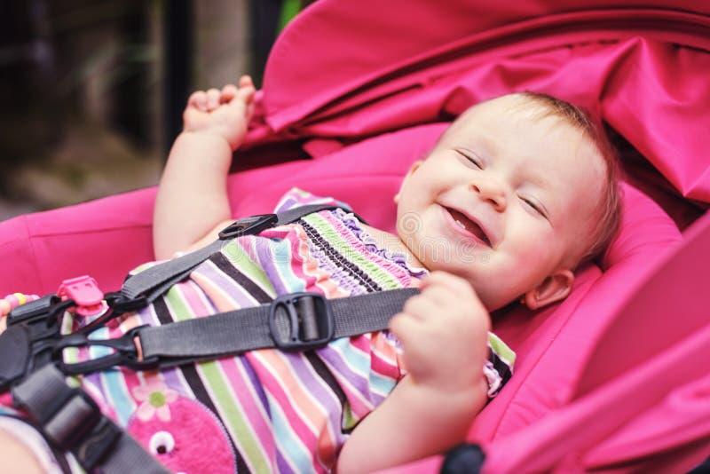 Glückliches Schätzchen im Spaziergänger lizenzfreies stockfoto