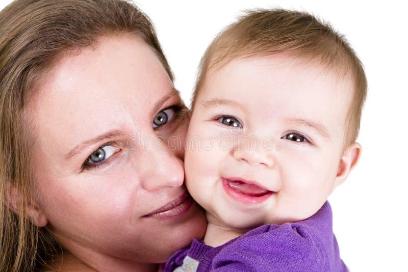 Glückliches Schätzchen und stolze Mutter lizenzfreie stockfotos