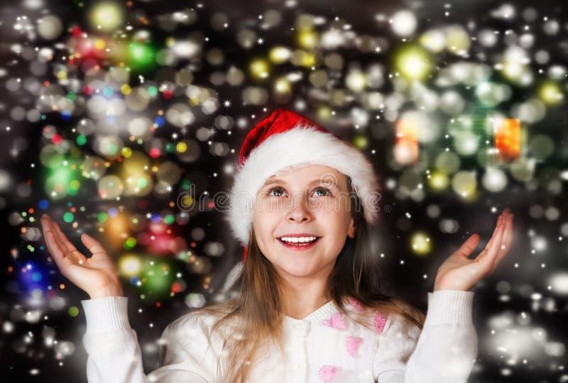Glückliches schönes kleines Mädchen betrachtet den Himmel im Weihnachten stockfoto
