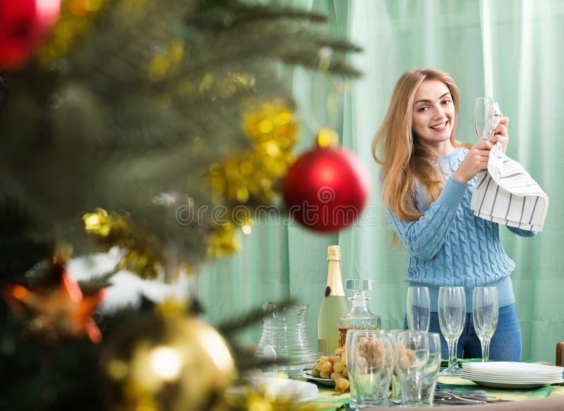 Glückliches schönes Mädchen, das für Weihnachtsfeier sich vorbereitet stockfoto