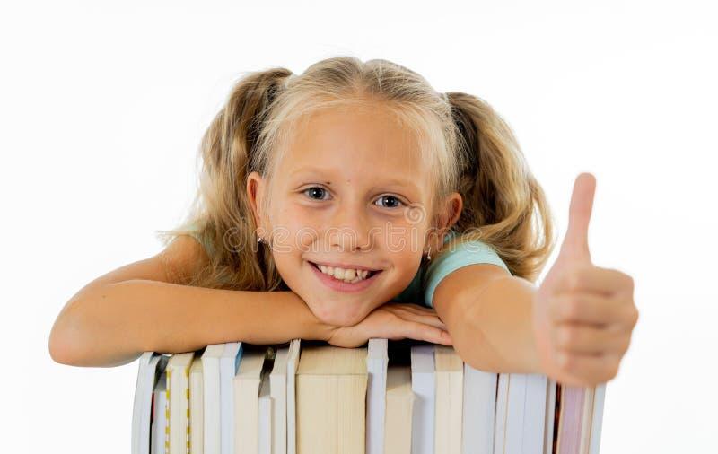 Glückliches schönes nettes mit kleinem Schulmädchen des blonden Haares mag im kreativen Ausbildungskonzept mit zurück zu studiere lizenzfreie stockfotografie