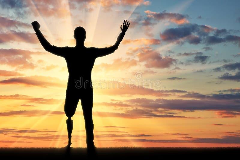Glückliches Schattenbild eines behinderten Mannes mit den Armprothesen und den Beinen stockbild