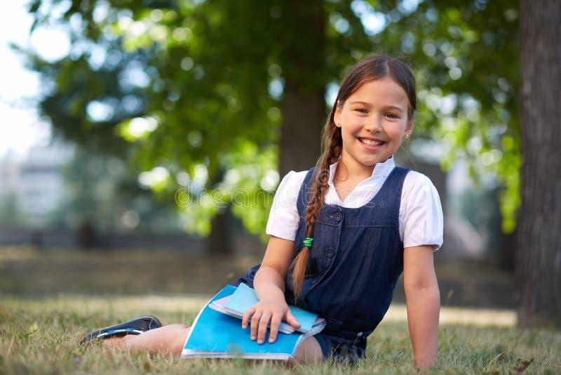 Glückliches Schulmädchen stockfotos