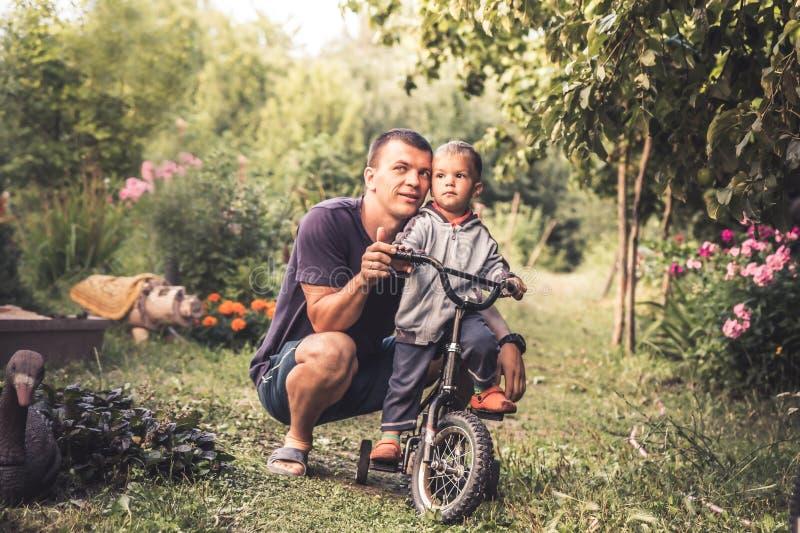 Glückliches Sohnkinderlebensstilporträt-Konzept der Vaterumarmung kleines glücklicher Parenting lizenzfreie stockbilder