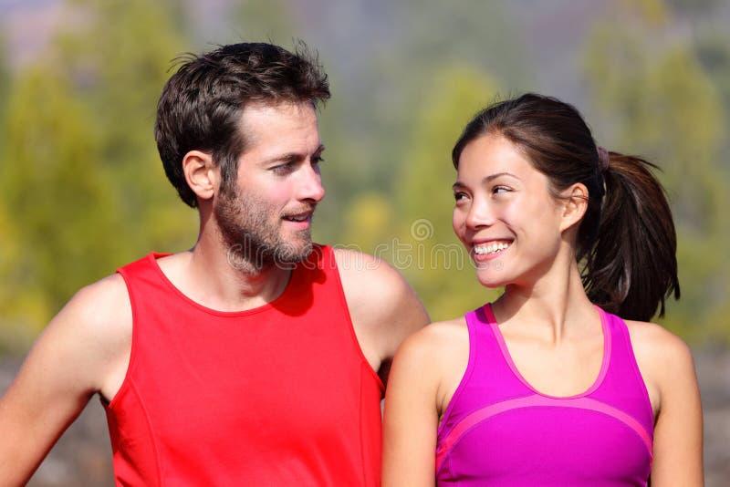 Glückliches sportliches Paarportrait stockbild