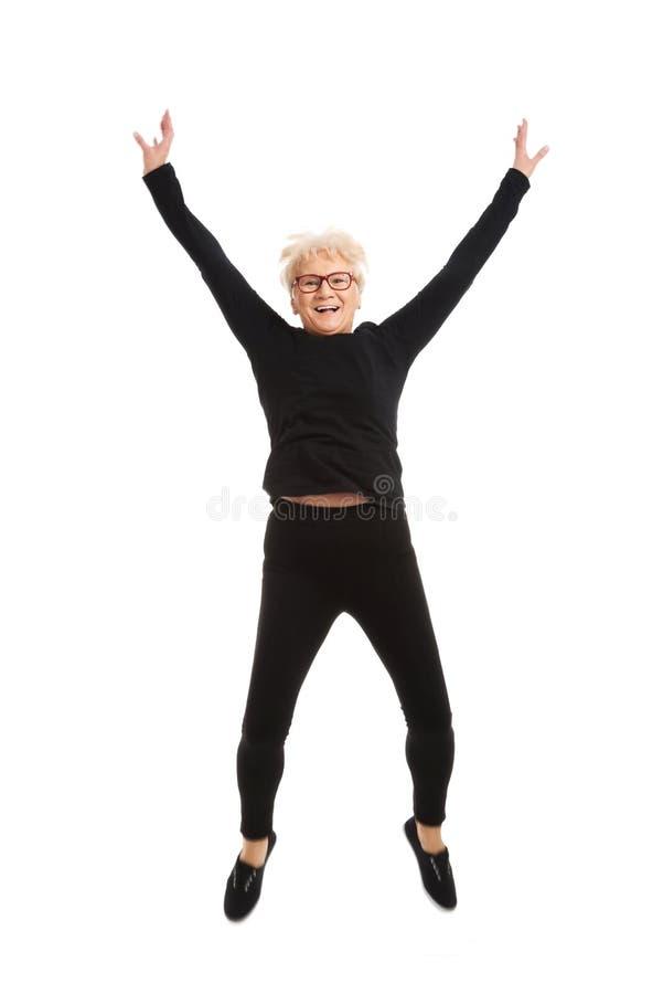 Glückliches Springen der alten Frau. stockfotos
