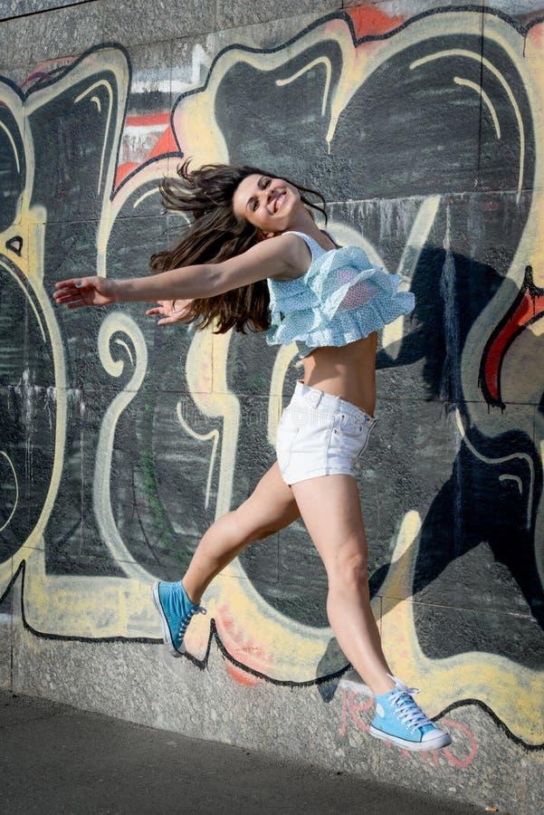 Glückliches Springen der jungen Frau stockbild