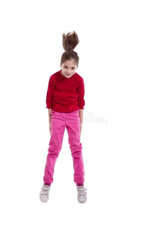 Glückliches Springen des kleinen Mädchens stockbild