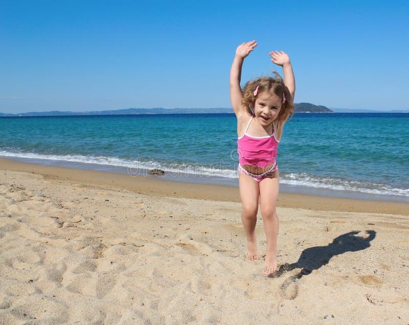 Glückliches Springen des kleinen Mädchens stockfoto