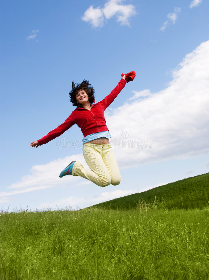 Glückliches springendes Mädchen lizenzfreie stockfotos
