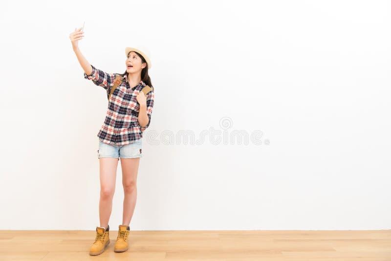 Glückliches Studentin selfie unter Verwendung ihres Mobiles stockfotos