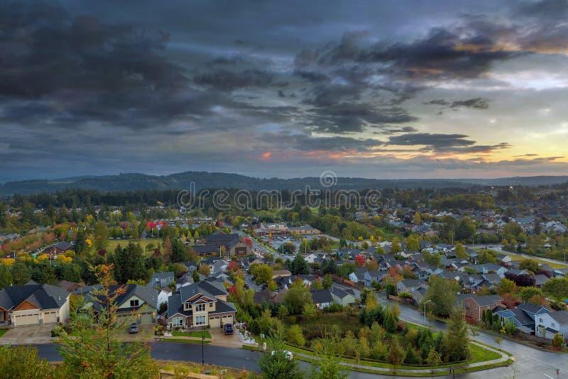 Glückliches Tal-Wohnnachbarschaft während des Sonnenuntergangs lizenzfreies stockfoto